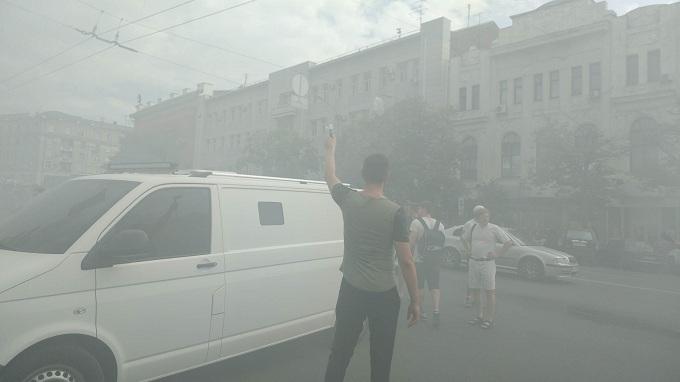 Мэрию Харькова забросали дымовыми шашками