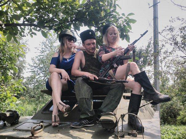 Пьют и копают: в сети появились забавные кадры боевиков и их подруг на Донбассе