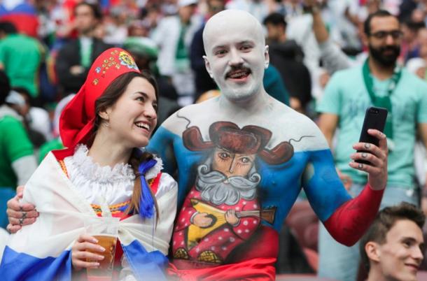 С балалайкой и в кокошнике: в сети публикуют безумные кадры болельщиков в России