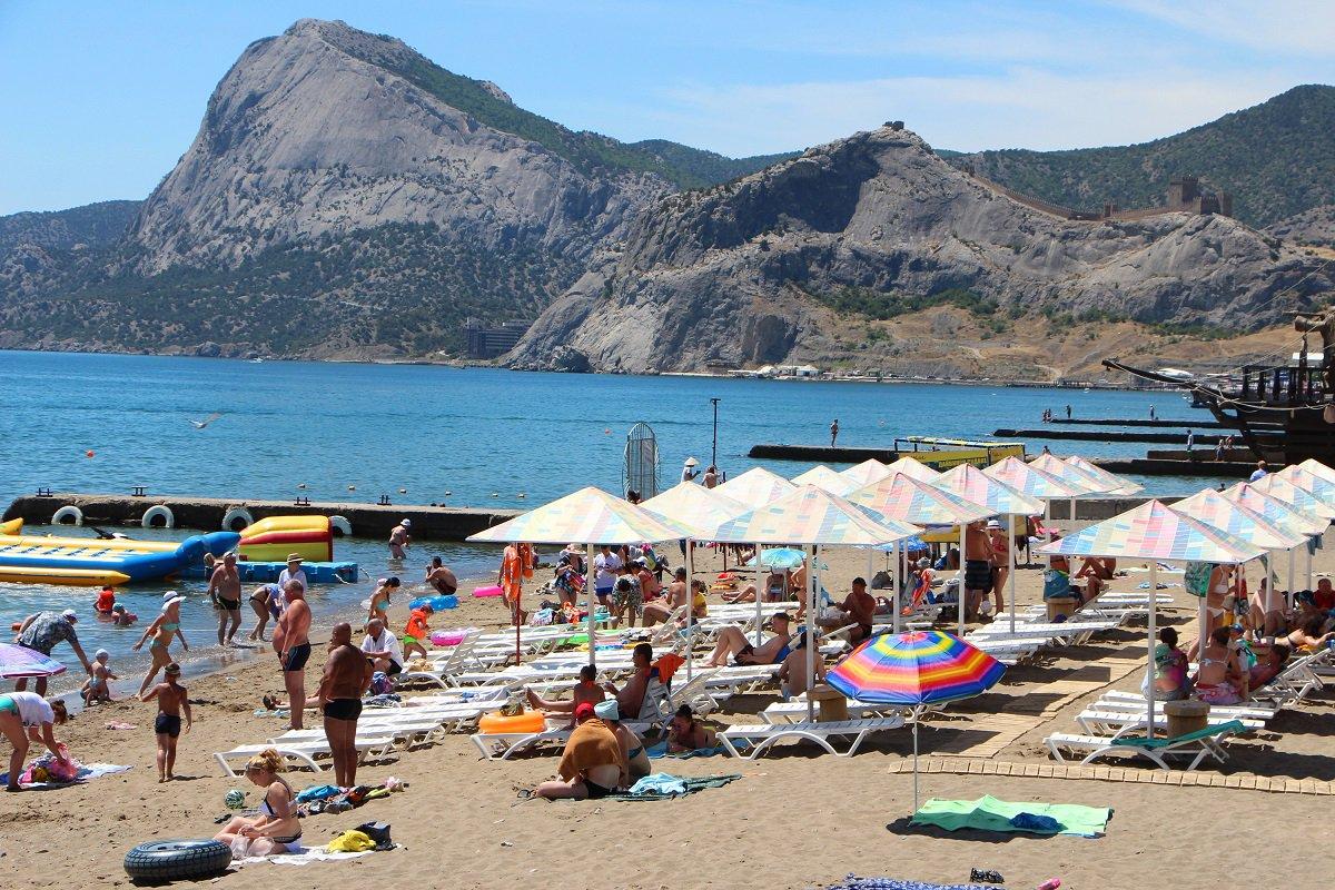 Понаехали: в сети показали свежие пляжные ФОТО из Крыма