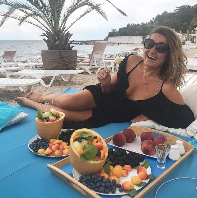 Наталия Могилевская обнажила грудь на пляже в Одессе