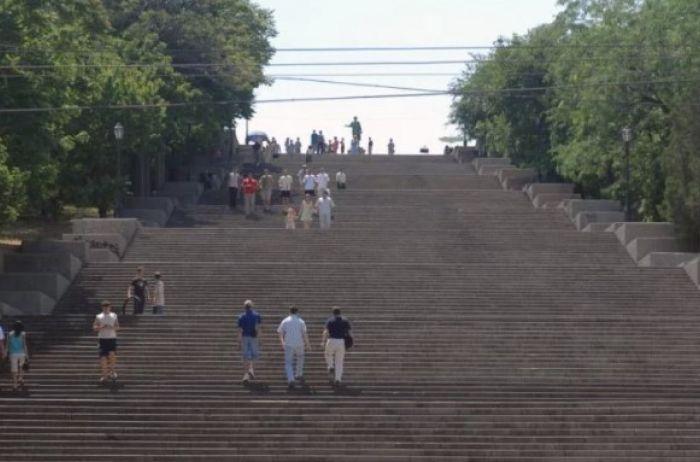 В Одессе подожгли Потемкинскую лестницу: зрелищные кадры