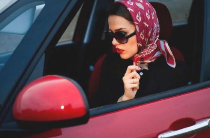 Не на ту нарвались: девушка показала мажоркам на Mercedes, где их место. ВИДЕО