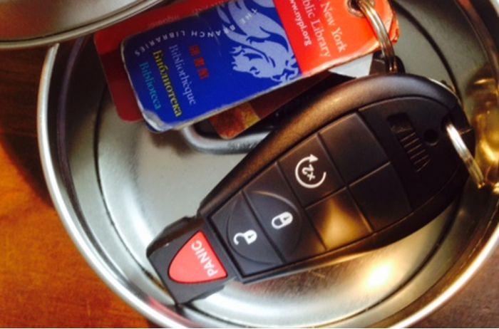 Чтобы вашу машину не угнали, прячьте ключи в жестяную банку