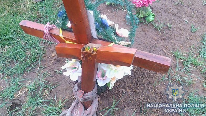 В Одесской области пьяный ребенок обиделся на девочек и сломал полсотни крестов на кладбище