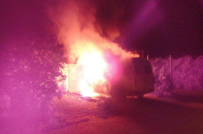 Под Николаевом вспыхнул и сгорел дотла микроавтобус. ФОТО