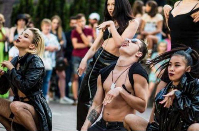 Скандальная группа устроила групповое шоу для тех, кто любит пожестче. ФОТО