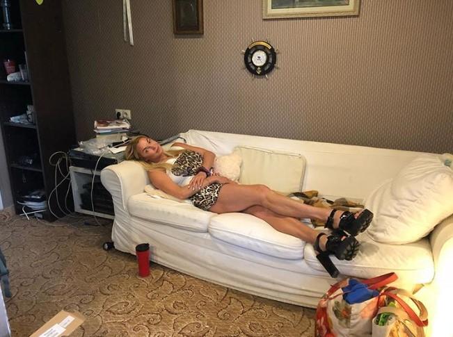 Полуобнаженная Волочкова развалилась на диване у друга