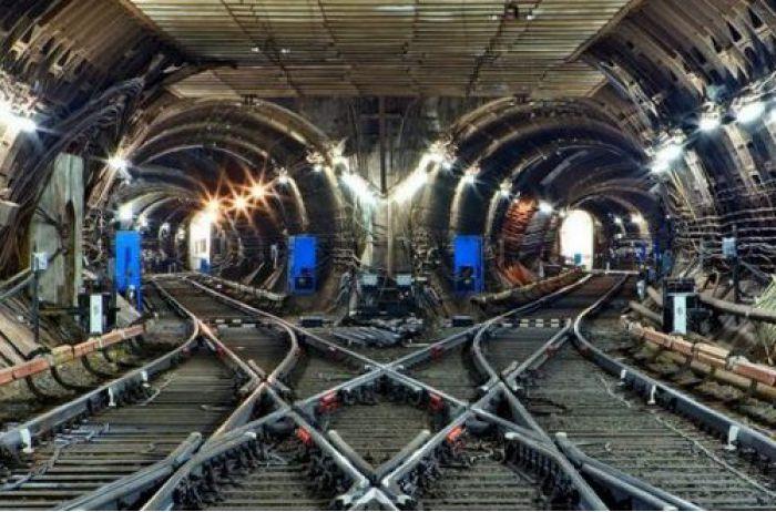 Триллер в столичном метро: сотни людей в панике с детьми выбирались из тоннелей