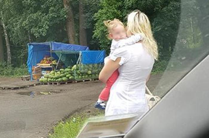 На трассе возле Львова мать занималась проституцией с дочерью на руках
