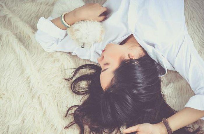 Белье из морозилки и отказ от спорта: как быстро уснуть в жару