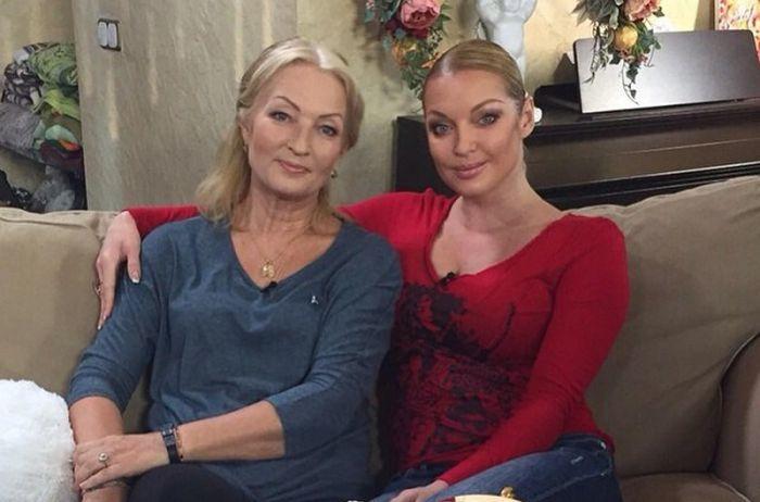 Фанаты Волочковой расхвалили стройные ноги ее 67-летней мамы