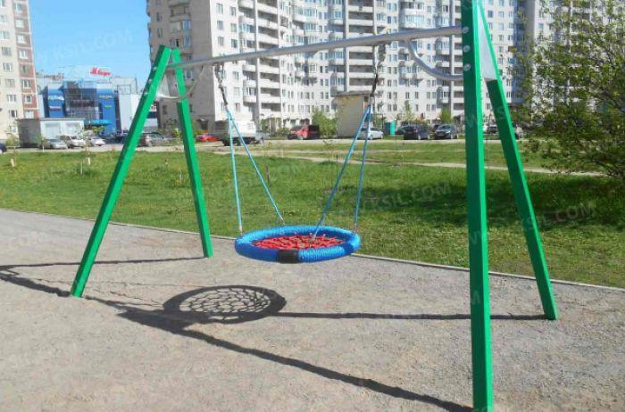 Полетели! В Киеве парочка занималась интимом прямо на качелях