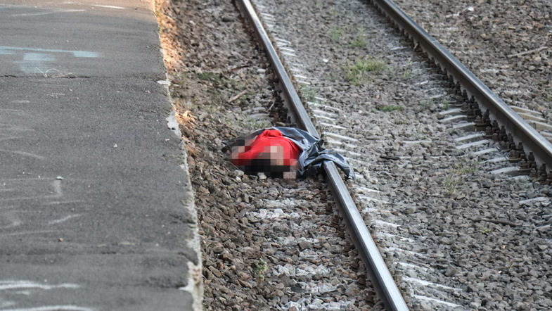 На Русановке 19-летняя девушка бросилась под поезд. Видео 18+