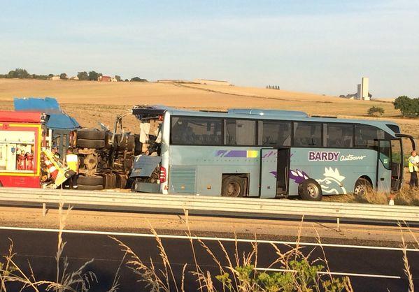 Во Франции грузовик врезался в автобус с детьми: есть пострадавшие