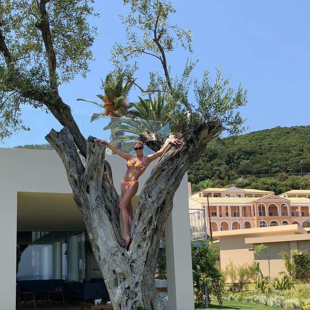 Греки в шоке: Волочкова в купальнике застряла между деревьев