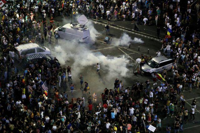 Бойня с полицией в Бухаресте, полтысячи раненых: кадры ужаса и все подробности