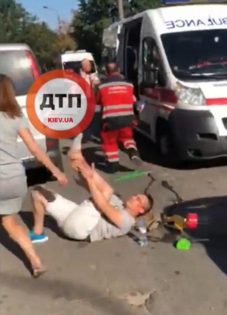 ДТП в Киеве: автомобиль сбил мужчину с ребенком. ВИДЕО
