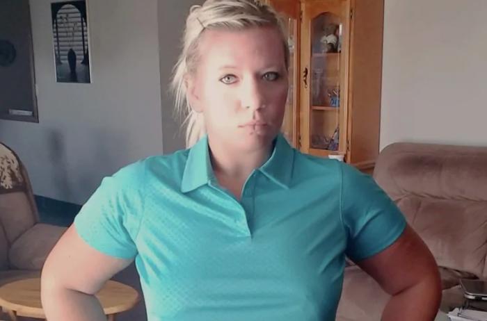 Официантка подала в суд на начальника, который запретил ей работать без лифчика