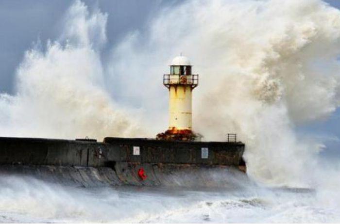 На Керчь обрушилась мощная стихия: пострадал Крымский мост, затонул буксир: первые кадры. ФОТО, ВИДЕО