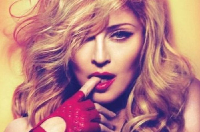 Золотые зубы и платье в цветочек: как выглядит 60-летняя Мадонна