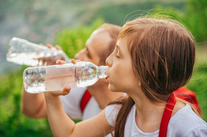 Сколько воды нужно пить ежедневно: нормы для детей и взрослых