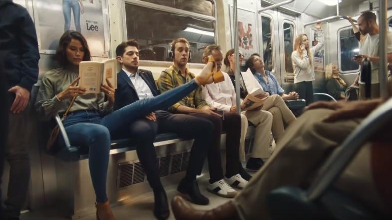 Популярный бренд показал, как женщинам бороться с хамством в метро. ВИДЕО