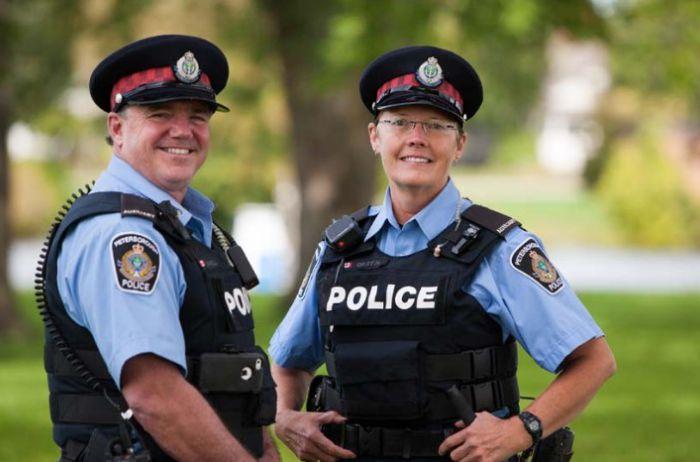Полицейские вылавливали из пруда труп, но, когда достали его, долго смеялись