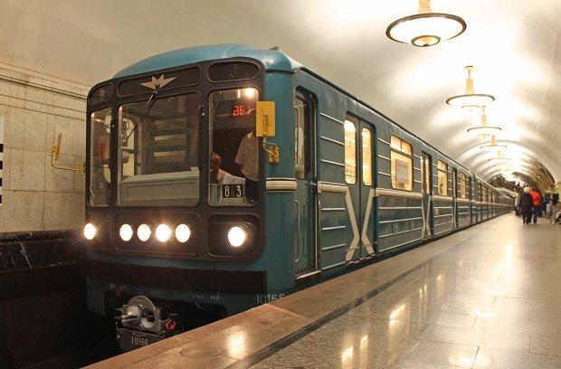 В поисках горячей воды: полуголая девушка в метро удивила киевлян