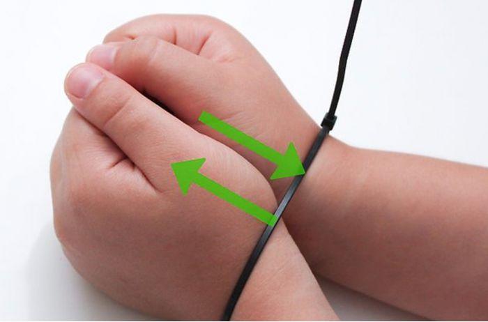 Если вам связали руки пластиковым жгутом, вот как из него вырваться. ВИДЕО