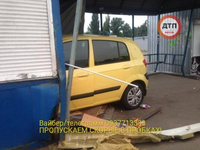 В Киеве авто влетело в киоск и остановку общественного транспорта. ФОТО