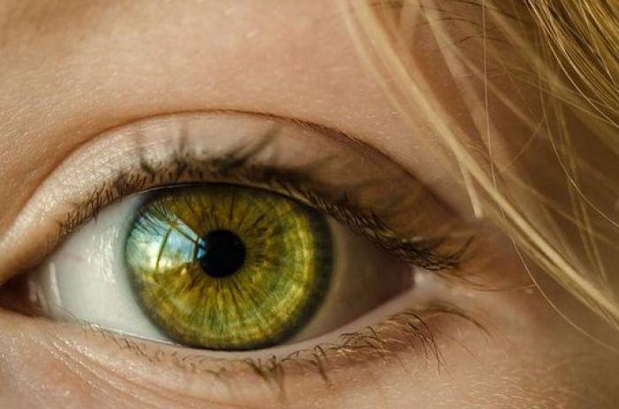 Дергается глаз: причины и что с этим делать