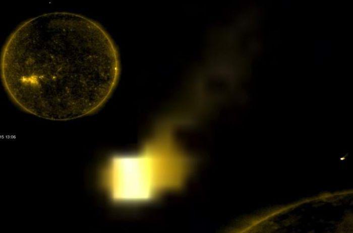Уфолог обнаружил возле Солнца светящийся куб. ВИДЕО