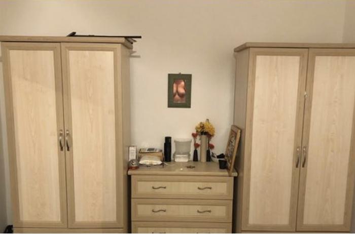 Мать устроила эротическую провокацию, выставив шкафы на продажу