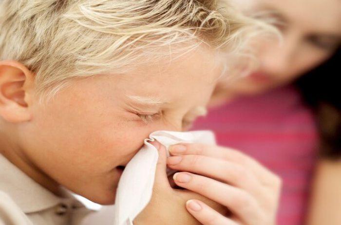 Депутаты требуют запретить посещать детсады детям с насморком