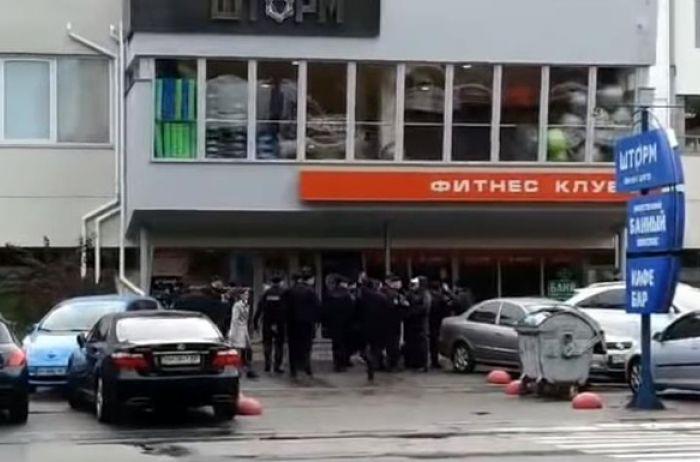 Драка у стен суда Одессы: пострадали полицейские