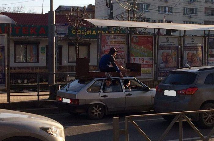 Авто летело по тротуару с человеком на крыше: ВИДЕО странного инцидента в Киеве