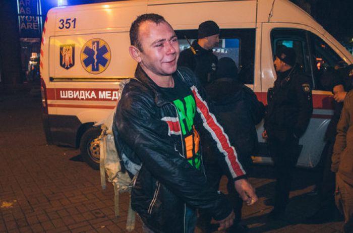 В центре Киева неадекватный мужчина покусал людей. ВИДЕО
