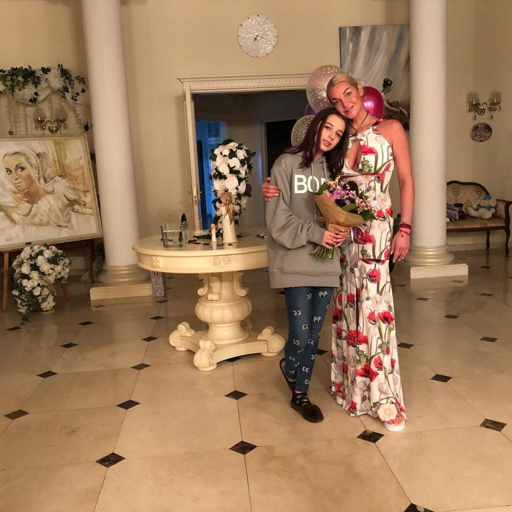 Дочь Волочковой стала подражать распущенной звезде балета