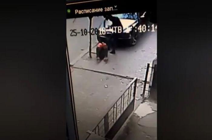 В Черновцах полицейский беспощадно избил случайного прохожего. ВИДЕО