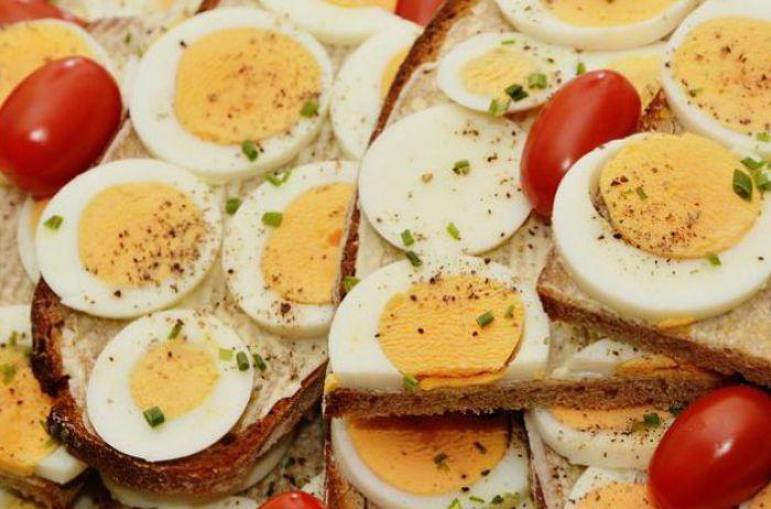 Медики рассказали, кому нельзя есть яйца
