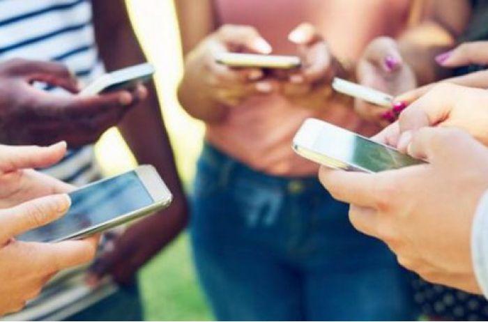Как вы держите свой телефон прямо сейчас? Вот что это говорит о вашей личности
