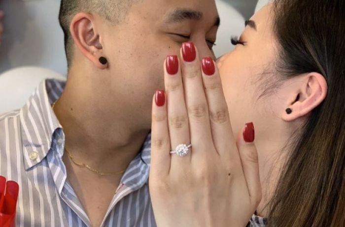 Девушка выложила фото с помолвки: одна деталь превратила все в фарс