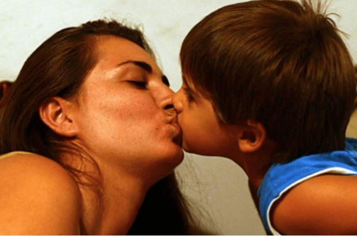 Почему даже своих детей нельзя целовать в губы