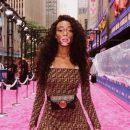 Для ценителей красоты с изюминкой: Винни Харлоу прикрыла разноцветную грудь ладошкой
