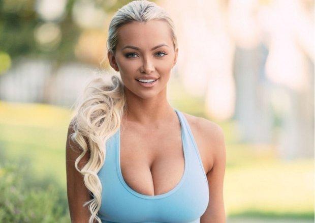 Модель Playboy с восьмым размером занялась любимым делом в прачечной
