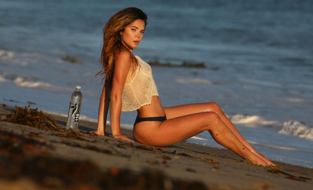 Такого не забудешь: известная актриса в прозрачном топе нежилась на пляже