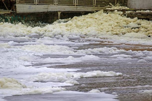 Пляжи Одессы завалило необычной пеной. ФОТО