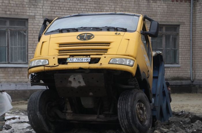 Возле школы в Днепре грузовик провалился под асфальт. ВИДЕО