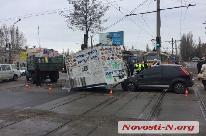 В Николаеве из грузовика на ходу выпал киоск на капот попутки